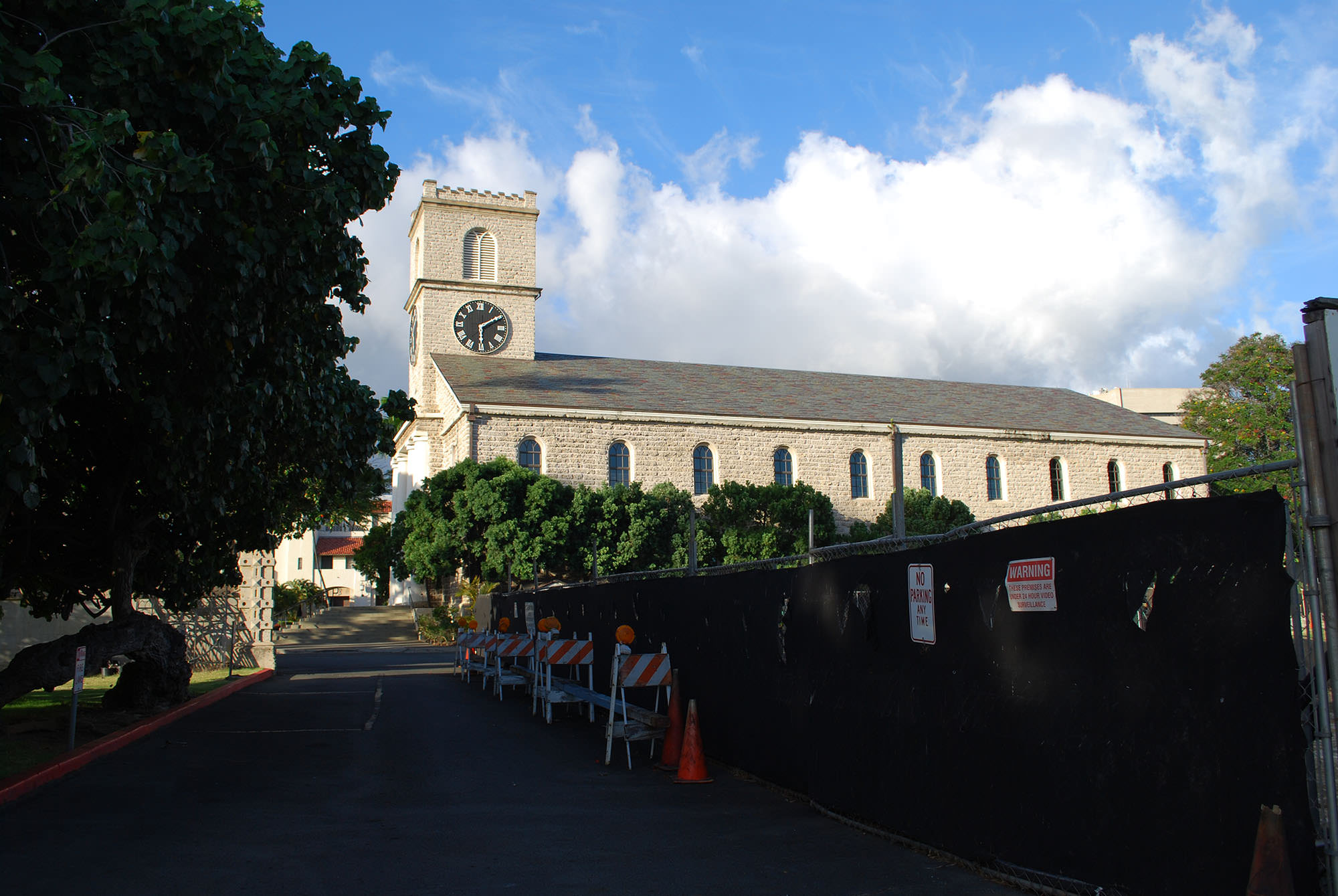 Fig. 2 Kawaiahaʻo Church, Oʻahu, construction site fencing and barricades, July 2014. Photo: ©Sally Promey
