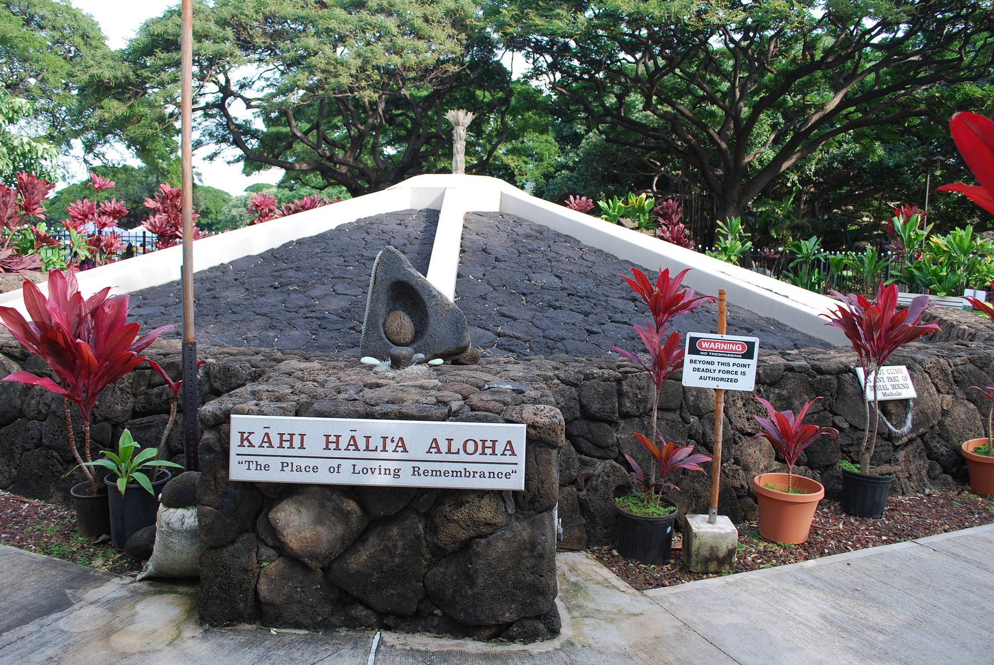 "Fig. 30 KĀHI HĀLIʻA ALOHA or Place of Loving Remembrance, burial mound, Kapiʻolani Park, Waikīkī, Oʻahu, showing signage bearing the words ""WARNING: BEYOND THIS POINT DEADLY FORCE IS AUTHORIZED,"" February 2014. Photo: ©Sally Promey"
