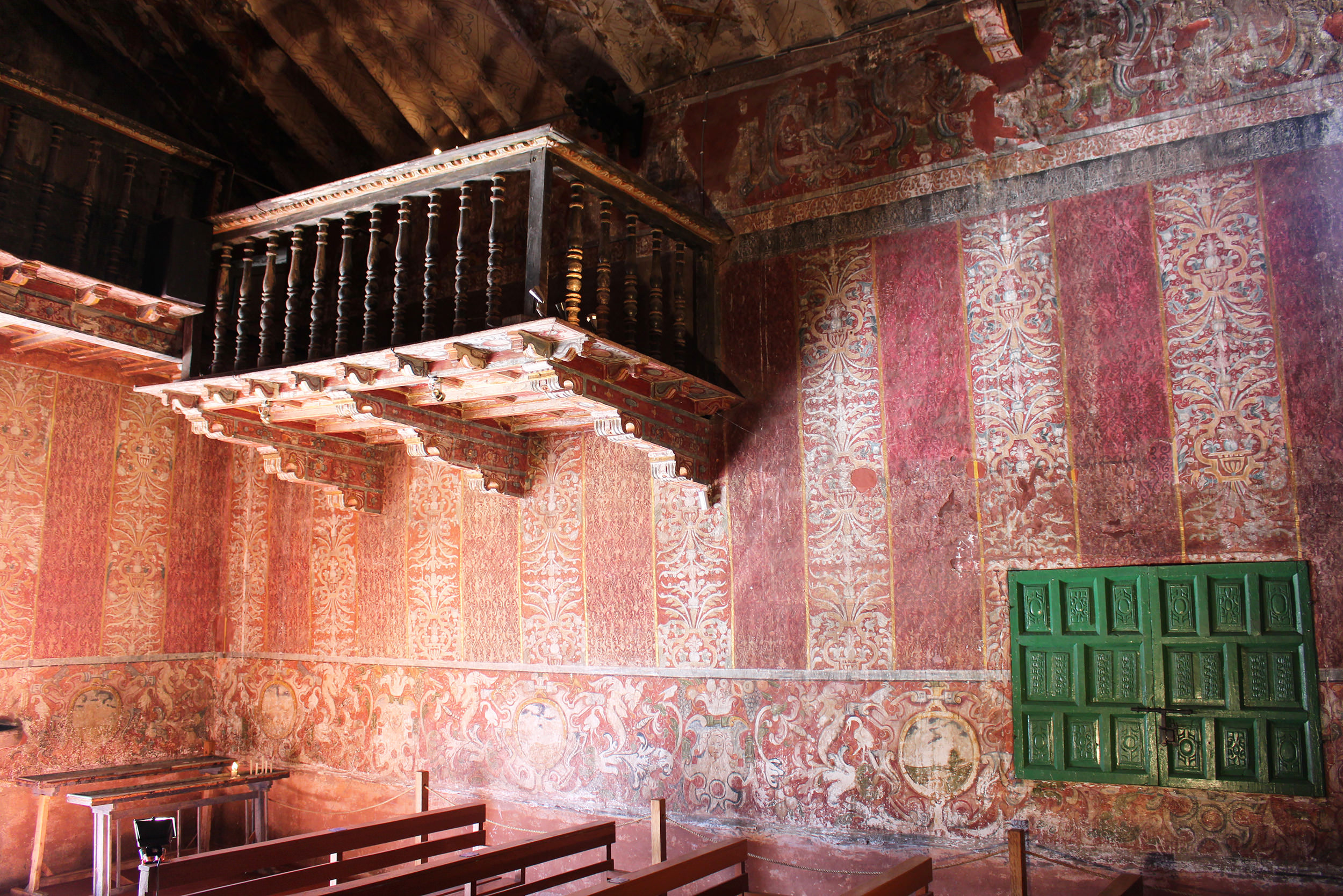 Fig. 12 Detail, textile murals at Capilla de Nuestra Señora de la Candelaria de Canincunca decorated with painted damasks, late 17th or early 18th century, Quispicanchi Province. Photo by author.