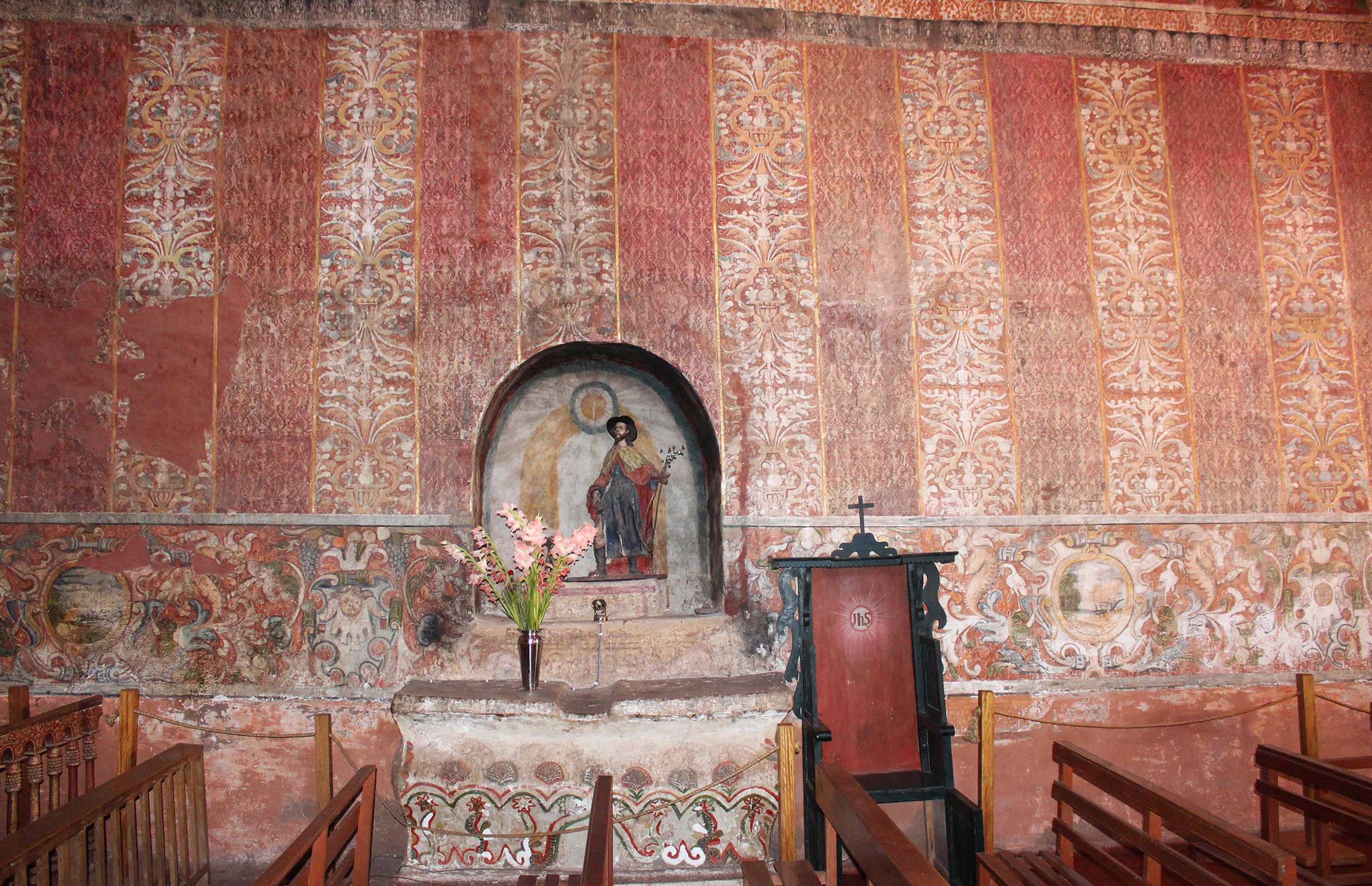 Fig. 13 Detail, textile murals at Capilla de Nuestra Señora de la Candelaria de Canincunca decorated with painted damasks, late 17th or early 18th century, Quispicanchi Province. Photo by author.