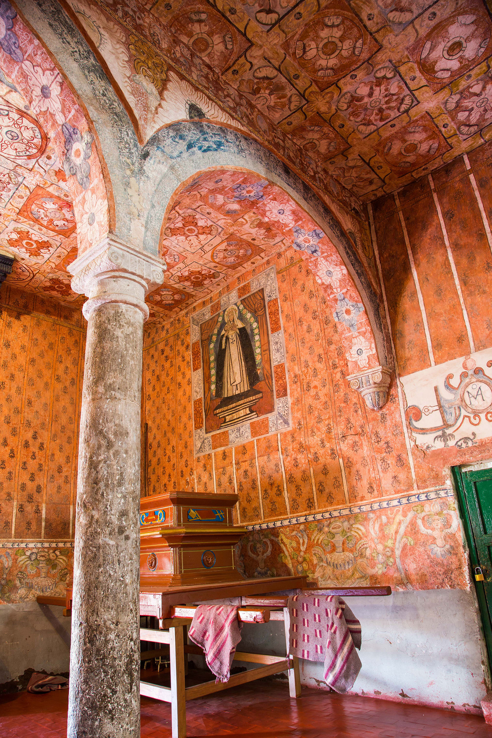 Fig. 16 View of textile murals and ceiling murals made to imitate ceramic tiles. Church of Oropesa, Quispicanchi Province. Photo by Raúl Montero Quispe.