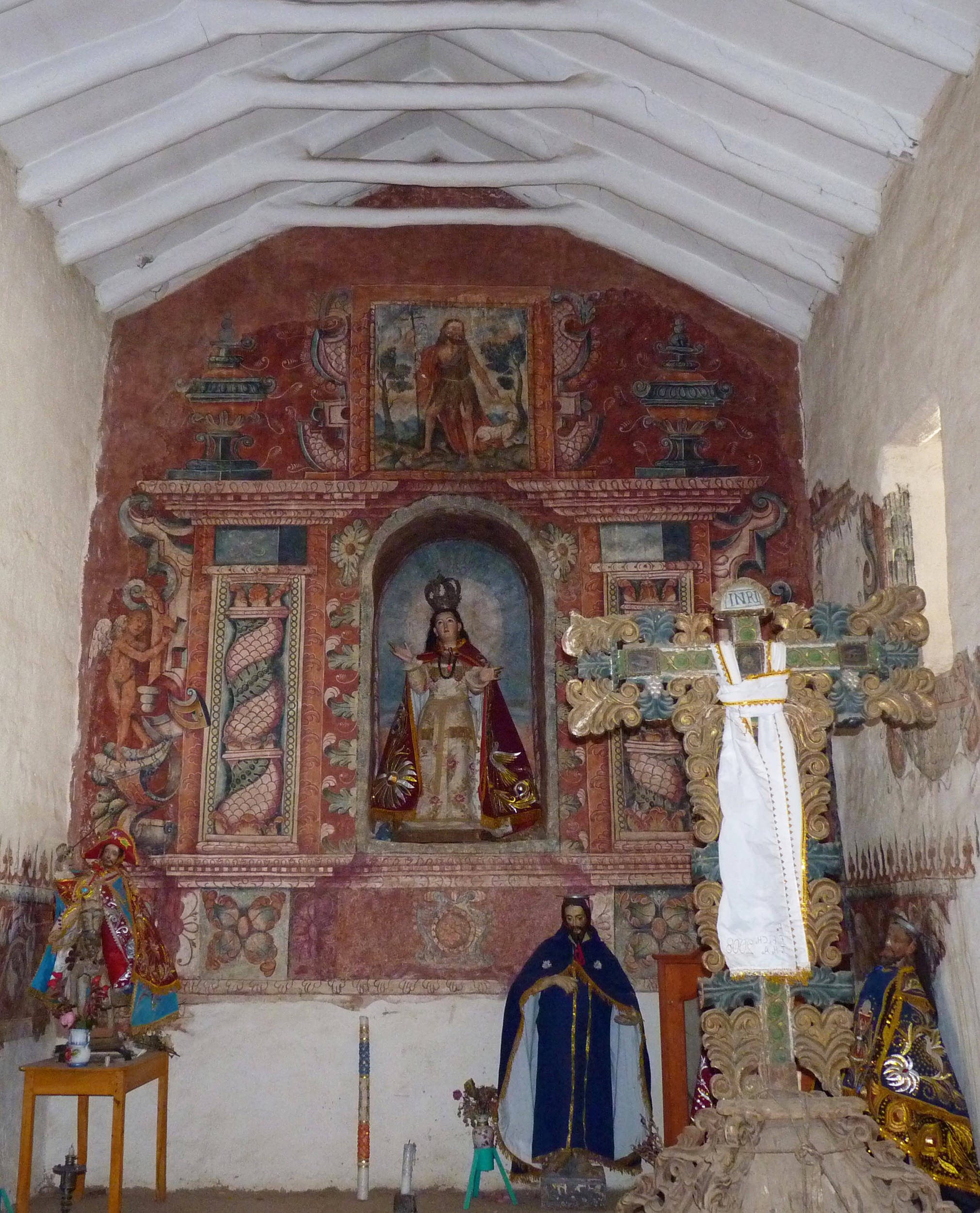 Fig. 36 Elaborate painted retablo with Solomonic columns, acanthus leaves, and other decorative flourishes, 17th or 18th century. Church of Pitumarca, Canchis Province. Photo by Raúl Montero Quispe.
